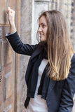 uderzenie dziewczyna zamknięta drzwiowa Zdjęcie Royalty Free