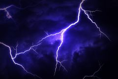 Uderzenie pioruna na chmurnym dramatycznym burzowym niebie Zdjęcie Royalty Free
