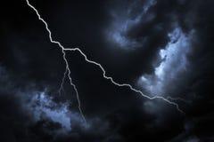 Uderzenie pioruna na ciemnym niebie zdjęcie stock
