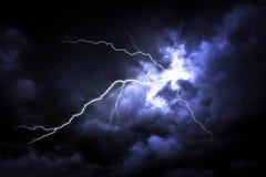 Uderzenie pioruna na ciemnym niebie zdjęcie royalty free