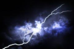 Uderzenie pioruna na ciemnym niebie obraz stock