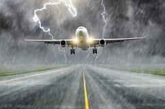 Uderzenie pioruna na samolotowym elektrycznym rozładowaniu podczas burzy na lądowaniu przy lotniskiem obrazy royalty free