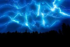 Uderzenie pioruna na zmroku - niebieskie niebo Zdjęcia Royalty Free