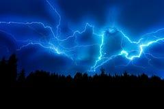Uderzenie pioruna na zmroku - niebieskie niebo Zdjęcie Stock