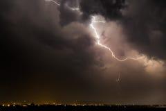 Uderzenie pioruna nad nocy miastem Zdjęcie Royalty Free