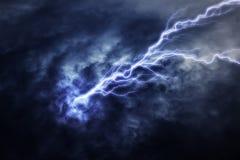 Uderzenie pioruna podczas elektrycznej burzy ilustracji