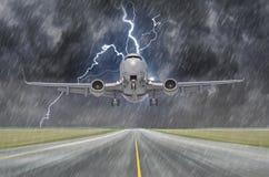 Uderzenie pioruna rygiel podczas ulewnego deszczu w samolotu lotnisku podczas lądowania i burzy zdjęcia royalty free