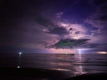 Uderzenie pioruna w ciemności, burza na morzu Obraz Royalty Free