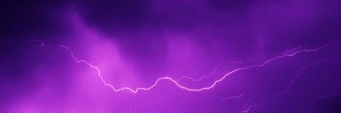 Uderzenie pioruna w nocnym niebie Fotografia Royalty Free