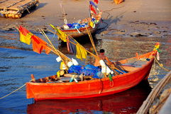 Uderzenie Saen, Tajlandia: Rybak w Jego łodzi Obrazy Stock