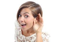 Udienza della donna del gossip con la mano sull'orecchio immagine stock libera da diritti