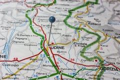 Udine fijó en un mapa de Italia Imagenes de archivo