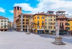 Udine, Itália: Estátuas históricas velhas e casas coloridas no estilo tradicional da arquitetura fotografia de stock royalty free