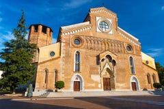 Udine Italien: Bred vinkelsikt av Roman Catholic Church Arkivbild