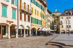 Udine Italien: Gata av Udine med traditionell arkitektur Royaltyfria Bilder
