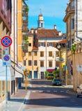 Udine Italien: Pittoresk sikt av den gamla medeltida gatan i historisk mitt av Udine Royaltyfri Foto