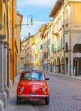 Udine Italien: Tappning Fiat 500 som parkeras på gatan Royaltyfria Bilder