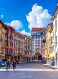 Udine Italien: Två personer rider cyklar på den centrala gatan Royaltyfria Foton
