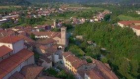 Udine prowincja Włochy, Czerwiec, -, 2019: Powietrzny panorama trutnia widok miasteczka Cividale Del Friuli piękna architektura zbiory
