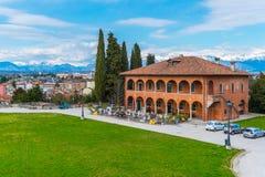 Udine, Włochy: Panoramiczny widok miasto, stary dziejowy restauracyjny budynek fotografia royalty free