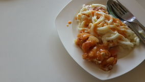 Жареная курица, сыр и Udon Стоковая Фотография