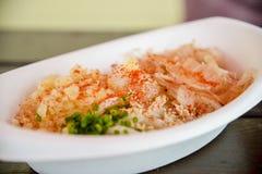 Udon con il pesce asciutto in ciotola della schiuma Immagini Stock Libere da Diritti