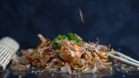Udon con los mariscos, cocina japonesa almacen de metraje de vídeo