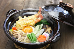 Udon de Nabeyaki, macarronete quente japonês do potenciômetro fotografia de stock