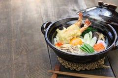 Udon de Nabeyaki, macarronete quente japonês do potenciômetro imagens de stock