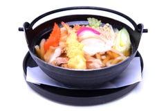 Udon de Nabeyaki, macarronetes quentes japoneses do potenciômetro, isolados no CCB branco Fotos de Stock Royalty Free