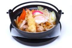 Udon de Nabeyaki, nouilles chaudes japonaises de pot, d'isolement sur le CCB blanc Photographie stock