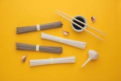 Udon delle tagliatelle e soba asiatici, aglio, bastoncini Immagine Stock