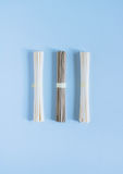 Udon e soba asiatici delle tagliatelle su un fondo blu luminoso Fotografie Stock