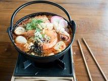 Udon en sopa picante de los mariscos de Tom Yam Fotos de archivo libres de regalías