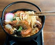 Udon en sopa picante de los mariscos de Tom Yam Fotos de archivo