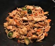 Udon Mi met kip en de groenten bewegen gebraden gerecht in teriyakisaus royalty-vrije stock foto