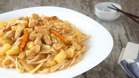 Udon-noedel met kip en groenten op een plaat Prores, 4K stock video