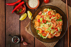 Udon pasta with shrimp, tomatoes and paprika. Royalty Free Stock Photography