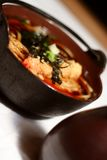 Udon Suppe in der hölzernen Schüssel Stockbild