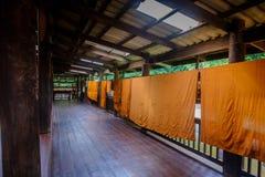 Udon Thani, TAILANDIA - 10 de noviembre de 2016: Trajes anaranjados del monje tailandés que cuelgan para secar interior en el tem Foto de archivo