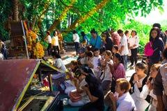 Udon Thani Thailand - Maj 21, 2016: Folket ber för framgången av liv som en thailändsk tradition royaltyfria foton