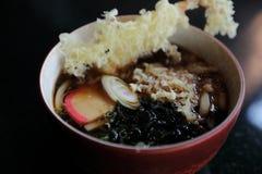 Udonnudeln mit gebratener japanischer Nahrung Garnele Tempura lizenzfreies stockbild