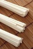 Udonnudlar på bambuservett Arkivfoton