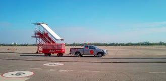 Udonthani国际机场,泰国- 2017年11月7日:行李拖车等待飞机装载行李 免版税库存图片