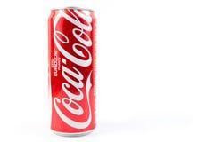 UDONTHANI, TAILÂNDIA 16 de junho de 2015, Coca-Cola em uma lata nos vagabundos brancos Fotos de Stock