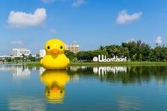 Udonthani Tajlandia, Wrzesień, - 28, 2014: Gigantyczna żółta kaczka, najwięcej popularnego widoku w Nong Prajak jawnym parku, pun Obrazy Royalty Free