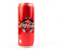 UDONTHANI, THAÏLANDE le 16 juin 2015, Coca-Cola dans une boîte sur le Ba blanc Images stock