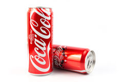 UDONTHANI, THAÏLANDE le 16 juin 2015, Coca-Cola dans une boîte sur le Ba blanc Image libre de droits