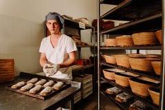 Udowadniać ciasto otręby w koszu Intymna piekarnia Produkcja chleb zdjęcia stock