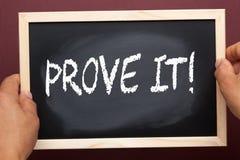 Udowadnia mnie pisać na blackboard zdjęcia royalty free